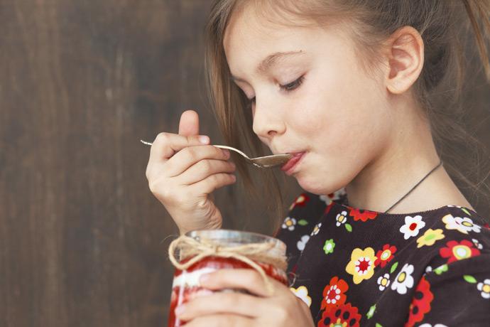 ジャムを食べている少女イメージ
